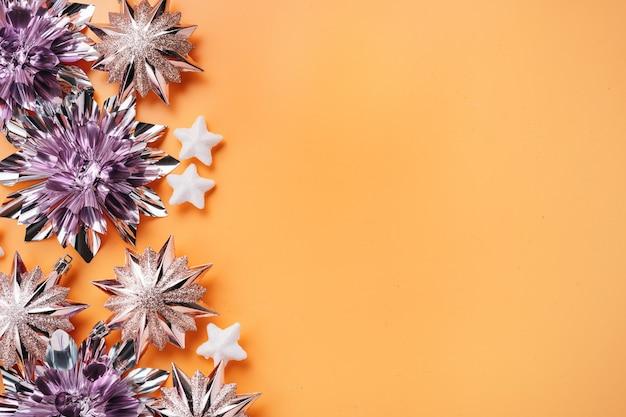 Bovenaanzicht glanzende en gloeiende roze kerstversieringen geplaatst op de linkerrand van het schot. vakantie- en feestconcept voor ansichtkaarten met kopieerruimte