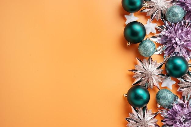 Bovenaanzicht glanzende en kleurrijke groene en roze kerstversieringen en kerstballen geplaatst op de rechterrand van het schot. vakantie- en feestconcept voor ansichtkaarten met kopieerruimte