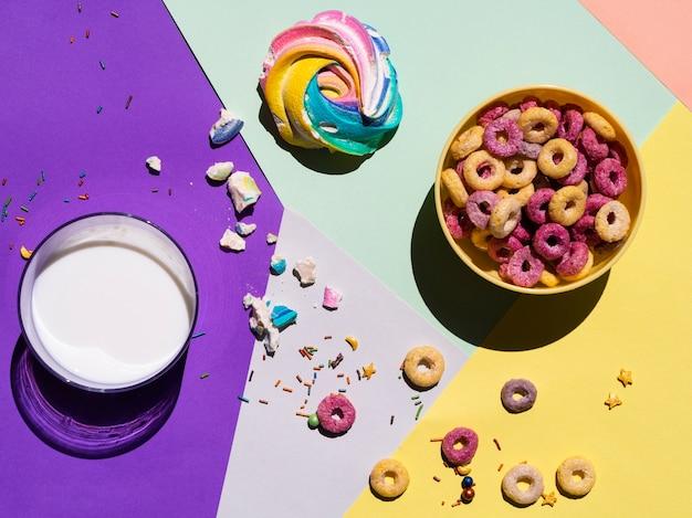 Bovenaanzicht glas melk en wat ontbijtgranen rond