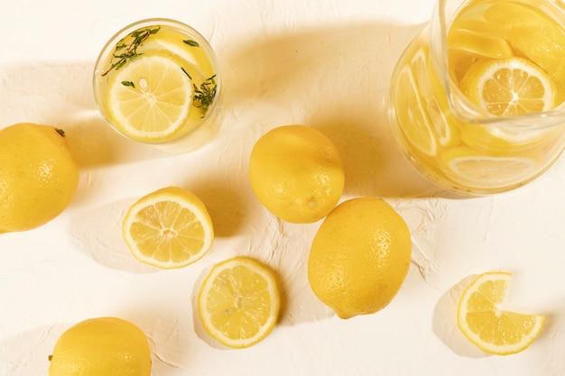 Bovenaanzicht glas met citroen op tafel