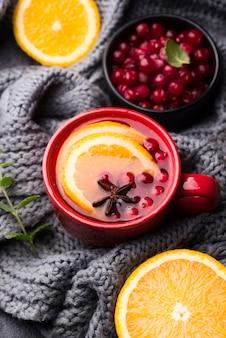 Bovenaanzicht glas met fruitige smaak thee