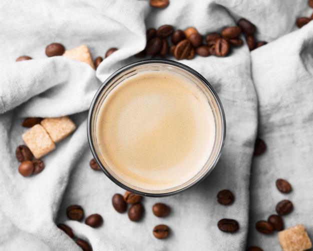 Bovenaanzicht glas met koffie