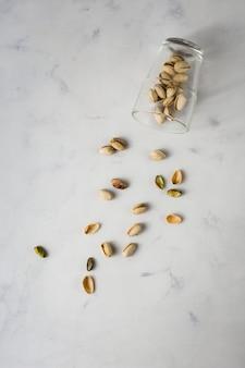 Bovenaanzicht glas met pistaches