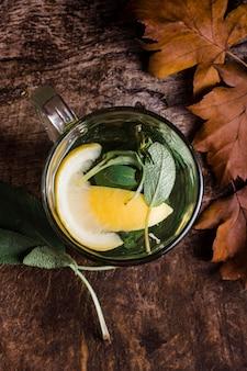 Bovenaanzicht glas met warm water en citroen