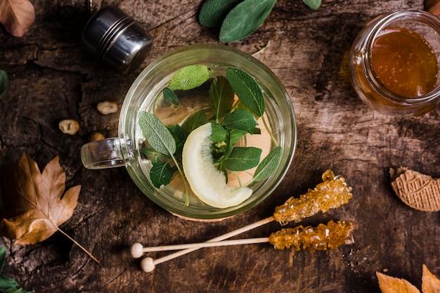Bovenaanzicht glas met warm water en gekristalliseerde suiker