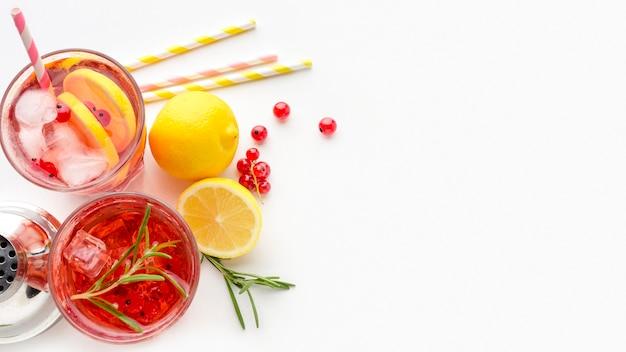 Bovenaanzicht glazen cranberry wodka met citroen en ijs met kopie-ruimte