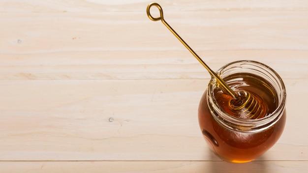 Bovenaanzicht glazen pot vol met honing