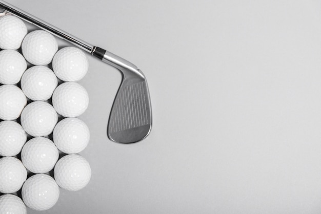 Bovenaanzicht golfballen met club en kopie-ruimte