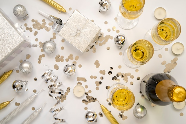 Bovenaanzicht gouden arrangement voor nieuwjaarsfeest