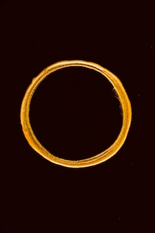 Bovenaanzicht gouden gesmolten cirkel op zwarte achtergrond
