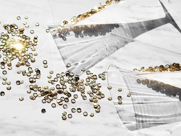 Bovenaanzicht gouden glitter met bril