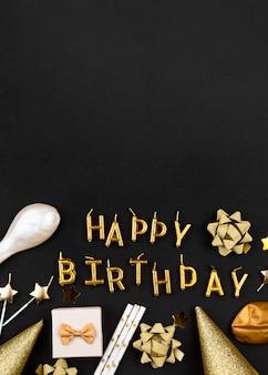Bovenaanzicht gouden happy birthday kaarsen