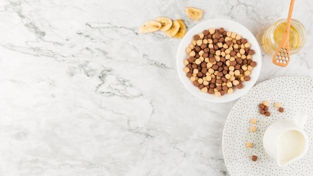 Bovenaanzicht granen kom en yoghurt met kopie-ruimte