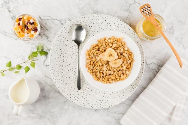 Bovenaanzicht granen kom met yoghurt en snoep