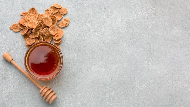 Bovenaanzicht granen met honing
