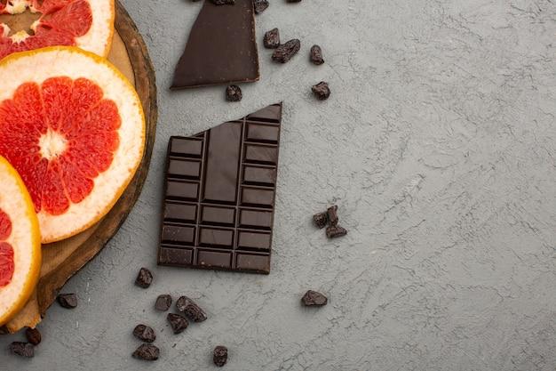 Bovenaanzicht grapefruit choco bar op de grijze vloer