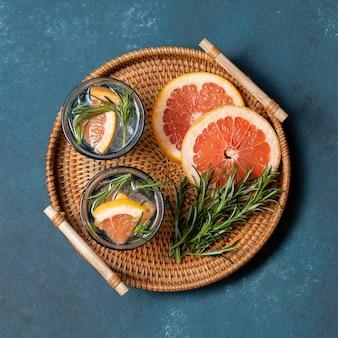 Bovenaanzicht grapefruit doordrenkt water