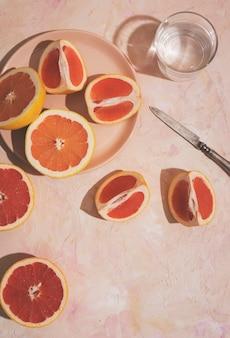 Bovenaanzicht grapefruit op plaat arrangement