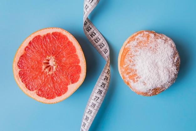 Bovenaanzicht grapefruits en donut