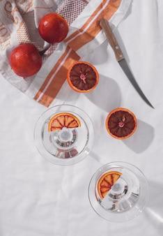 Bovenaanzicht grapefruits en mes arrangement