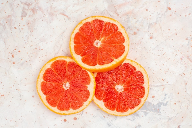 Bovenaanzicht grapefruitsplakken op naakt oppervlak met vrije plaats