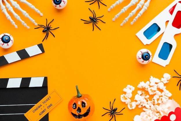 Bovenaanzicht griezelig halloween-concept met filmklapper