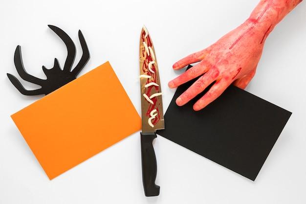 Bovenaanzicht griezelig halloween concept met mes