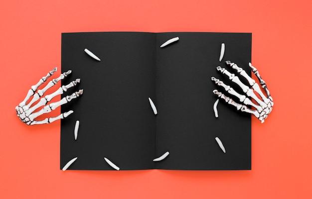 Bovenaanzicht griezelig skelet handen voor halloween