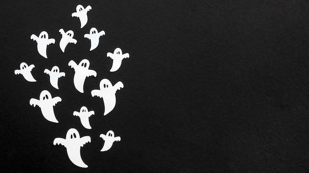 Bovenaanzicht griezelige halloween-geesten met kopie ruimte