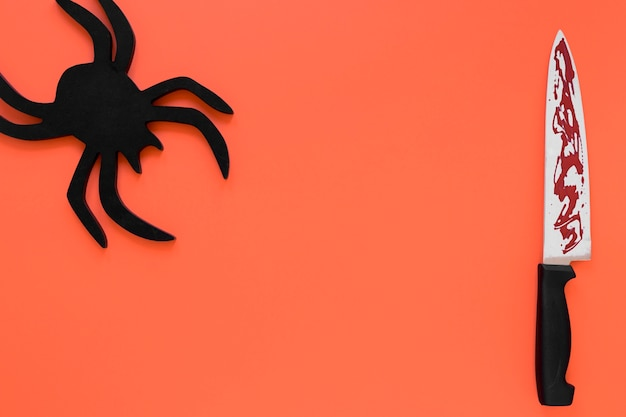 Bovenaanzicht griezelige halloween spin met mes