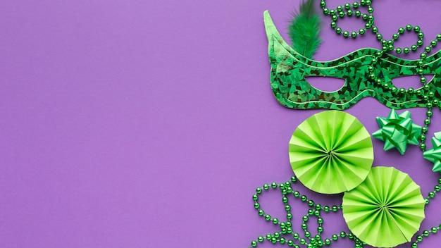 Bovenaanzicht groen masker en parels kopiëren ruimte