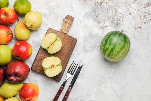 Bovenaanzicht groene appels met ander fruit op witte achtergrond