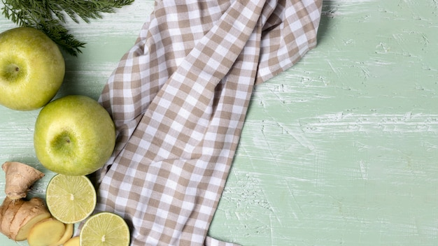 Bovenaanzicht groene appels met doek