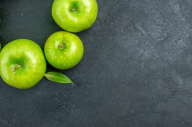 Bovenaanzicht groene appels op donkere ondergrond met vrije plaats