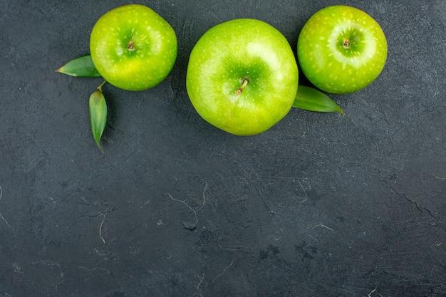 Bovenaanzicht groene appels op donkere oppervlak kopie ruimte