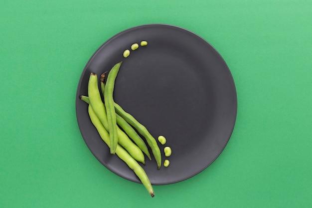 Bovenaanzicht groene bonen op plaat