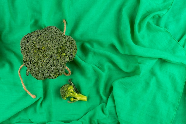 Bovenaanzicht groene broccoli vers rijp geïsoleerd op het groene weefsel