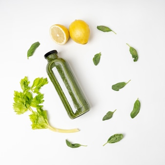 Bovenaanzicht groene drank met citroen en kruiden