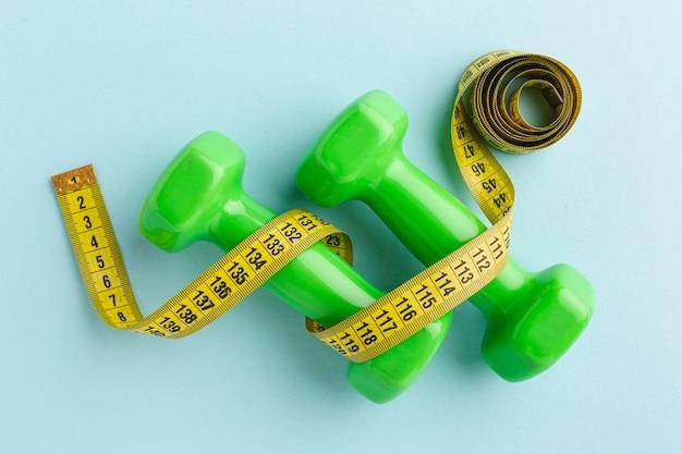Bovenaanzicht groene gewichten en meter