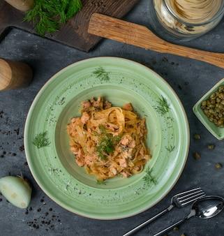Bovenaanzicht groene pasta kom met herba