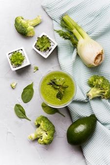 Bovenaanzicht groene smoothie met broccoli