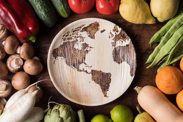 Bovenaanzicht groenten arrangement met plaat