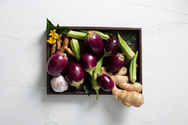 Bovenaanzicht groenten assortiment in houten bakje