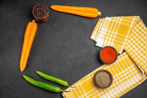 Bovenaanzicht groenten geruit tafelkleed wortelen hete pepers kruiden