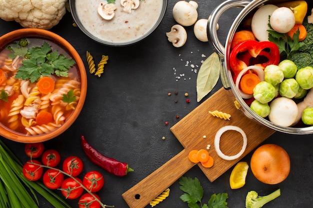 Bovenaanzicht groenten in pan met groentesoep met fusilli