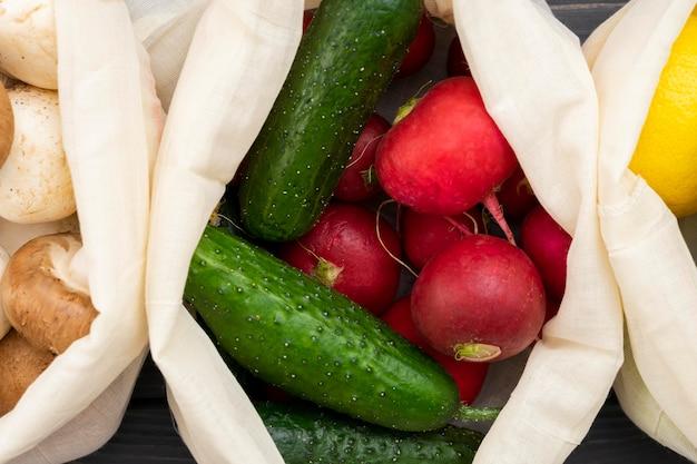 Bovenaanzicht groenten in zak
