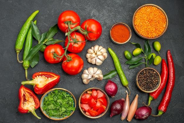 Bovenaanzicht groenten kleurrijke kruiden groenten en linzen
