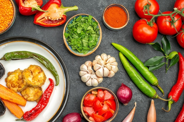 Bovenaanzicht groenten linze in kom kleurrijke kruiden groenten schotel van paprika champignons