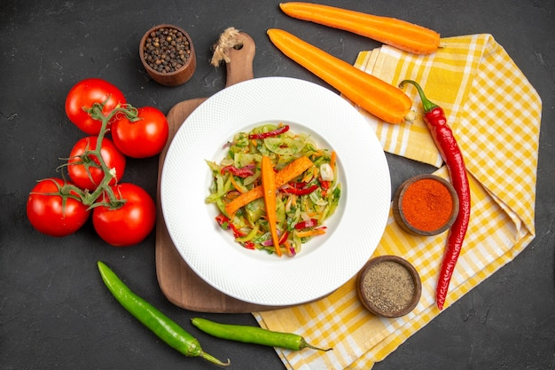 Bovenaanzicht groenten salade op de snijplank tafellaken kruiden groenten