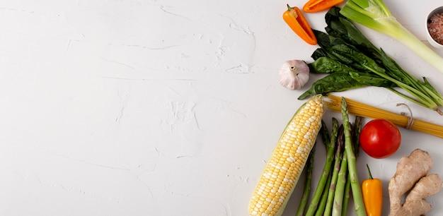 Bovenaanzicht groentenassortiment met kopie-ruimte